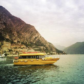Italy, Yellow boat on Lake Garda - GS000910