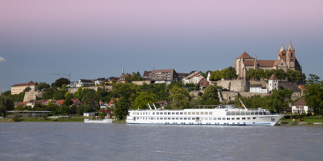 Germany, Baden-Wuerttemberg, Breisach, Upper Rhine river and cruise liner, Breisach Minster in the background - WI001136