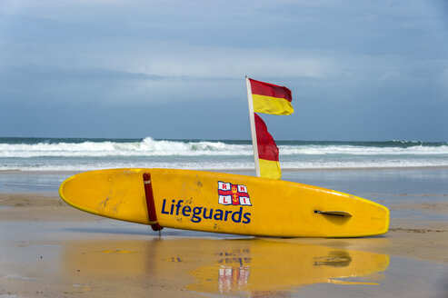 United Kingdom, England, Cornwall, St Ives, surfboard of the lifeguards with safety flags at beach - FR000068