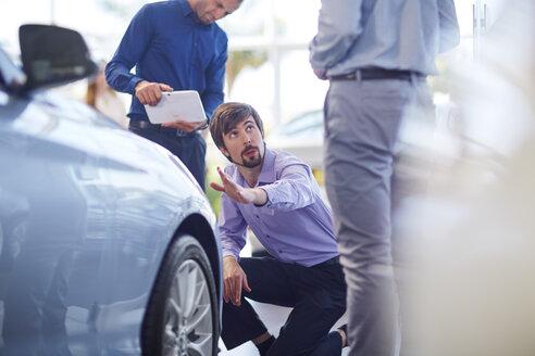 Car dealer talking to clients - ZEF002047