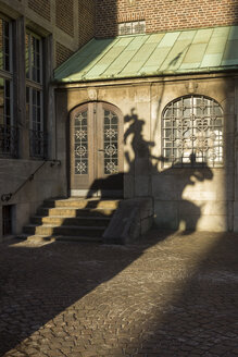 Germany, Bremen, shadow of herald on facade of city hall - SJF000124