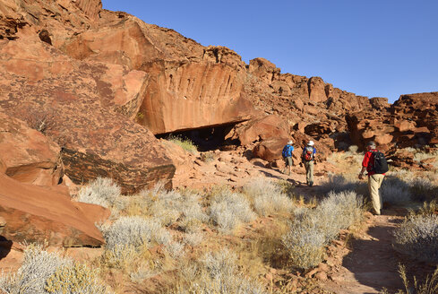 Nambia, Kunene, Damaraland, Hikers in Twyfelfontein canyon - ES001448