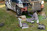 Man working at old van outdoors - BFRF000644
