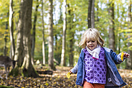 Little girl walking in a game preserve - JFEF000519