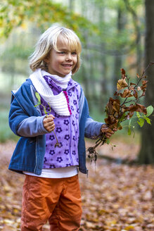 Portrait of little girl with autumn foliage and plants - JFEF000525