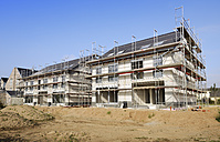 Germany, North Rhine-Westphalia, Neuss, view to construction site of two semidetached houses - GUFF000015