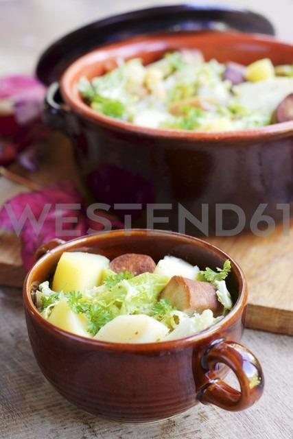 Vegetarian stew with savoy cabbage, parsnips, potatoes, apples and vegan tofu sausage - HAWF000501