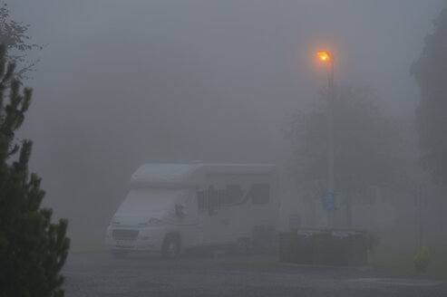 UK, Cornwall, Landrake, Caravan site with heavy fog at dawn - FRF000115