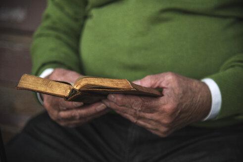 Senior man reading book - UUF002658
