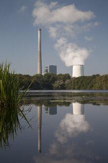 Germany, North Rhine-Westphalia, Bergkamen, Bergkamen Power Station, Lake Beversee in the foreground, nature reserve - WIF001160