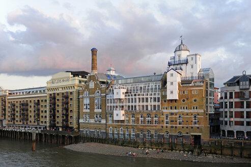 UK, London, South Bank, historic buildings along the River Thames - MIZF000640
