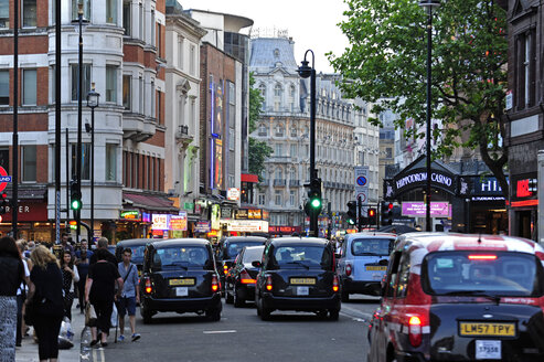 UK, London, Covent Garden, evening mood, black cabs in lively street - MIZ000679
