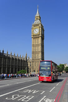 UK, London, Palace of Westminster, red bus in front of Big Ben - MIZ000681