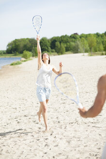 Couple playing badminton on the beach - CvKF000184