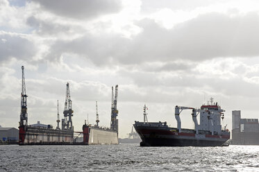 Germany, Hamburg, cargo ship on River Elbe - MIZ000717