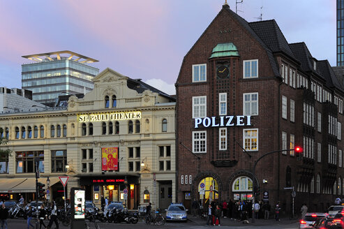 Germany, Hamburg, St. Pauli, Spielbudenplatz, theater and Davidwache - MIZ000724