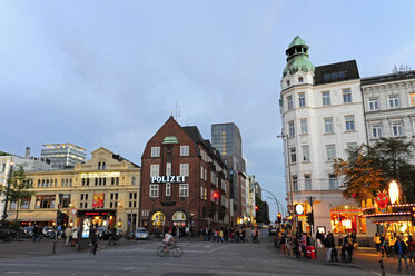 Germany, Hamburg, St. Pauli, Spielbudenplatz, theater and Davidwache - MIZF000725
