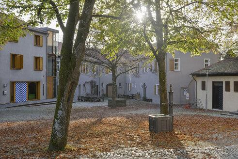 Germany, Baden-Wuerttemberg, Ravensburg, yard of youth hostel Veitsburg Castle - SHF001601