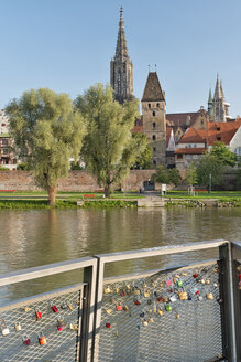 Germany, Baden-Wuerttemberg, Ulm, minster, Metzgerturm and love locks at River Danube - SHF001614