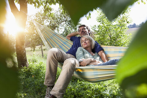 Relaxed mature couple in hammock - RBF001956