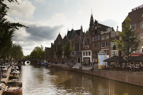 Netherlands, Amsterdam, view to Oude Kerk with town canal in the foreground - FCF000467