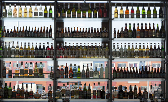 Rows of bottles in a bar - FC000479