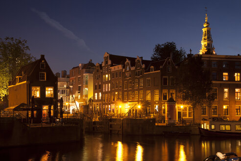 Netherlands, Amsterdam, Snoekjes canal, Buildings and church tower in the evening - FCF000494