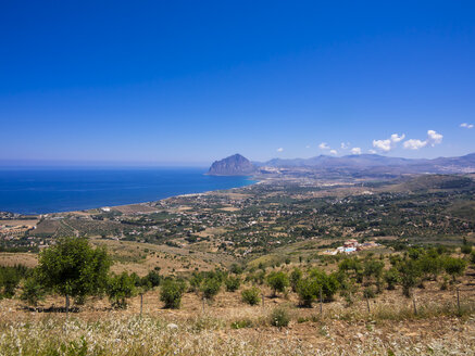Italy, Sicily, Province of Trapani, View to village Erice and Monte Cofano - AMF003267