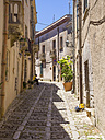 Italy, Sicily, Erice, view to alley - AMF003276