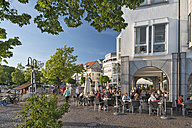 Germany, Baden-Wuerttemberg, Friedrichshafen, people at ice cream parlour - SH001755