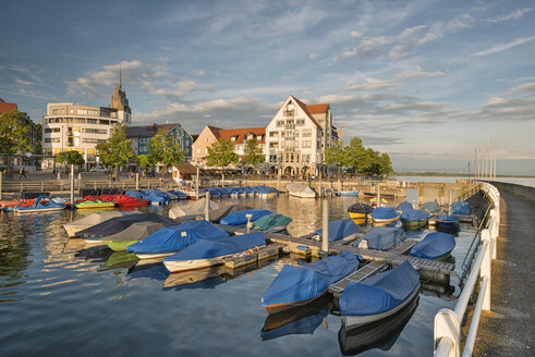 Germany, Baden-Wuerttemberg, Lake Constance, Friedrichshafen, covered boats at jetty - SHF001758