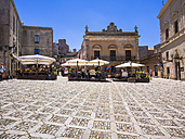 Italy, Sicily, Province of Trapani, Erice, Old town, Piazza Umberto I and sideway restaurant - AM003299