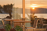 Germany, Baden-Wuerttemberg, Lake Constance, sun reflecting in restaurant window - SHF001796