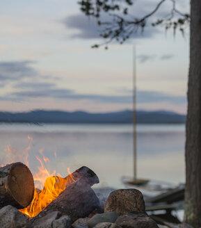 Sweden, Lapland, Norrbotten County, Kvikkjokk, campfire at lake Saggat - JBF000192