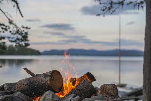 Sweden, Lapland, Norrbotten County, Kvikkjokk, campfire at lake Saggat - JBF000196