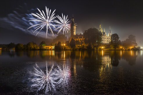 Germany, Mecklenburg-Vorpommern, Schwerin, fireworks at the castle - PVCF000233