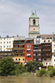 Germany, Bavaria, Upper Bavaria, Wasserburg am Inn, Old town with St Jakob Church at Inn river - SIEF006314