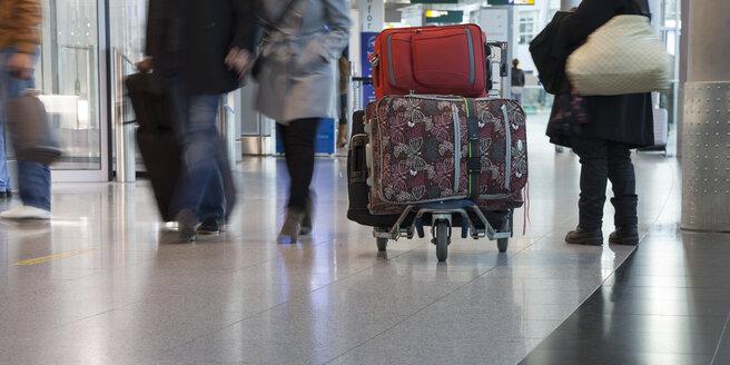 Germany, North Rhine-Westphalia, Duesseldorf, people with luggage at airport - WI001179