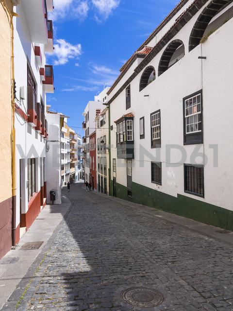 Spain, Canary Islands, La Palma, typical alley in Santa Cruz de la Plama - AMF003364