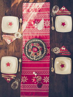 Laid dining table with Christmas decoration - SARF001100