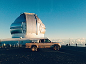 USA, Hawaii, Hawaii, Mauna Kea, off-road vehicle at observatory - BR000876