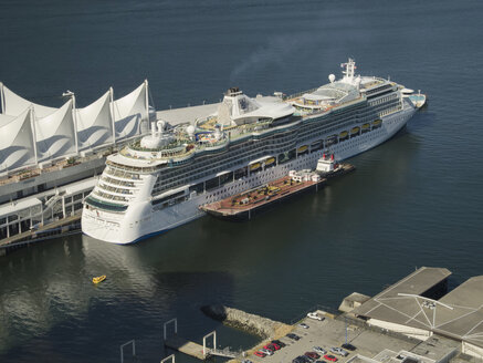 Canada, British Columbia, Vancouver, view from Lookout Tower to cruise liner at terminal - HL000806