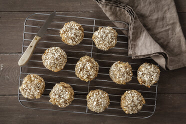 Apple oat muffins on cooling grid - EVGF001391
