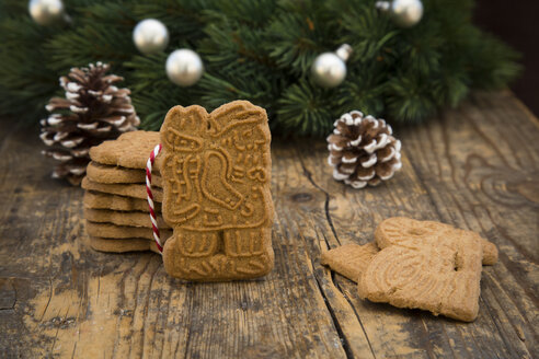 Almond biscuits, fir cones and decorated fir branch on wood - LVF002443