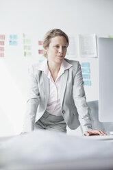 Businesswoman in office - RBF002130