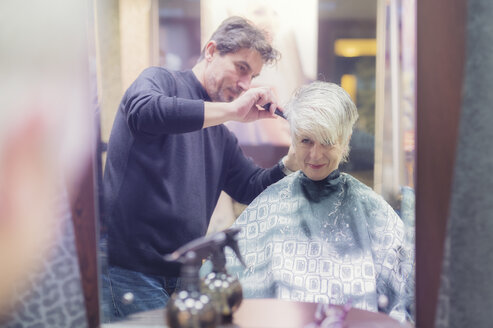 Senior woman getting new hair cut - FRF000151