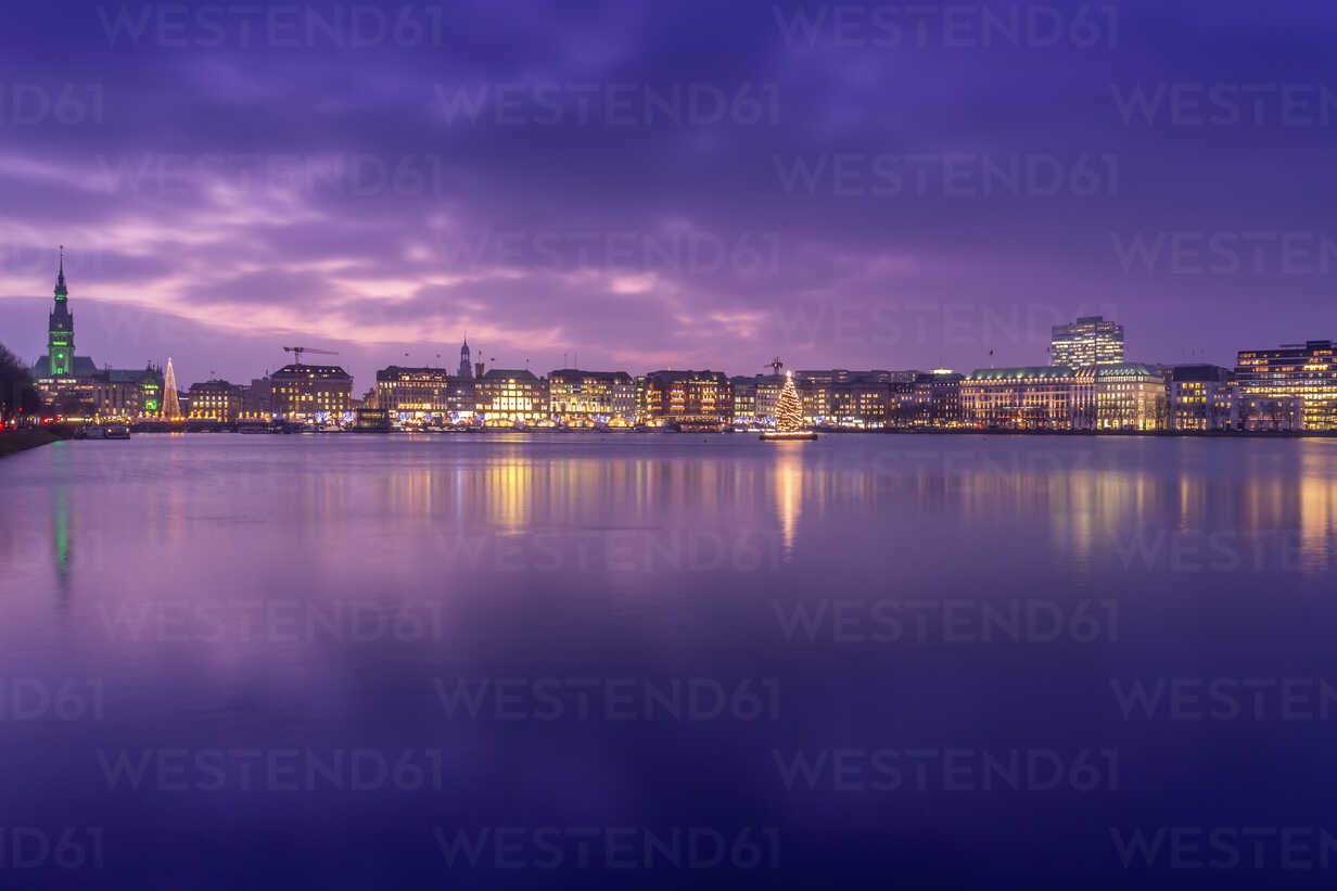 Germany, Hamburg, Downtown skyline with illuminated Christmas tree on Alster river - NKF000209 - Stefan Kunert/Westend61