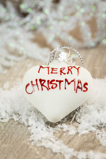 White heart-shaped Christmas bauble with writing 'Merry Christmas' - JUNF000119