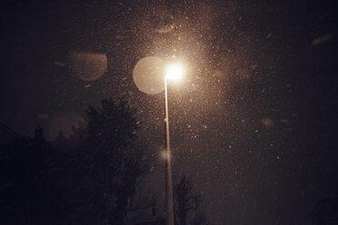 Snowfalll at night under street lantern - DW000219