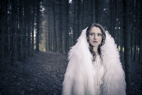 Portrait of a white dressed mystic woman in a forest - VTF000370